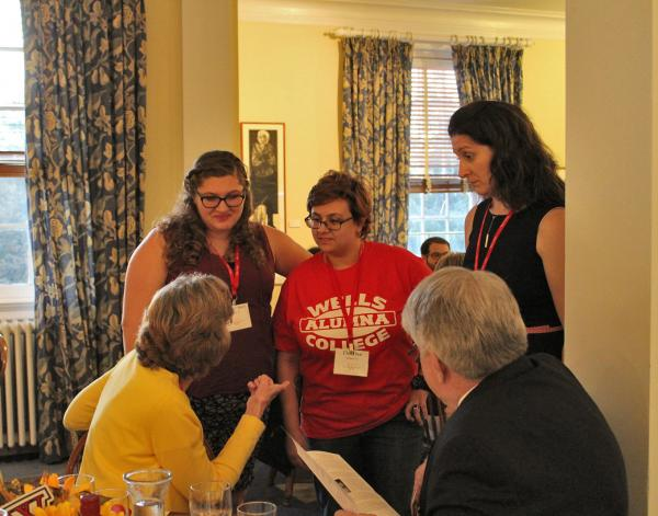 Student Speaking with Alumna at the 2017 Fall Weekend Dinner