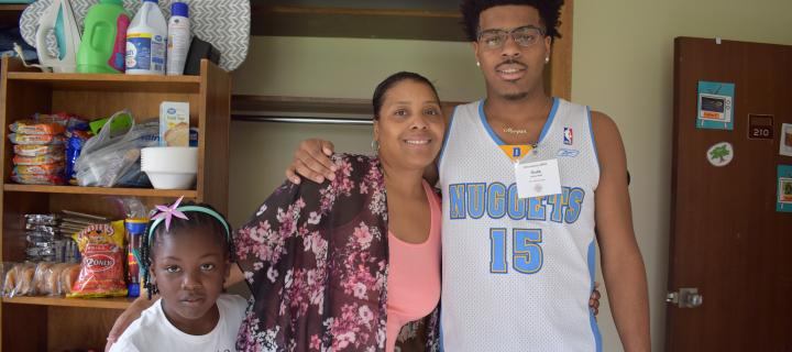 Malik '22 with his mother on move-in day